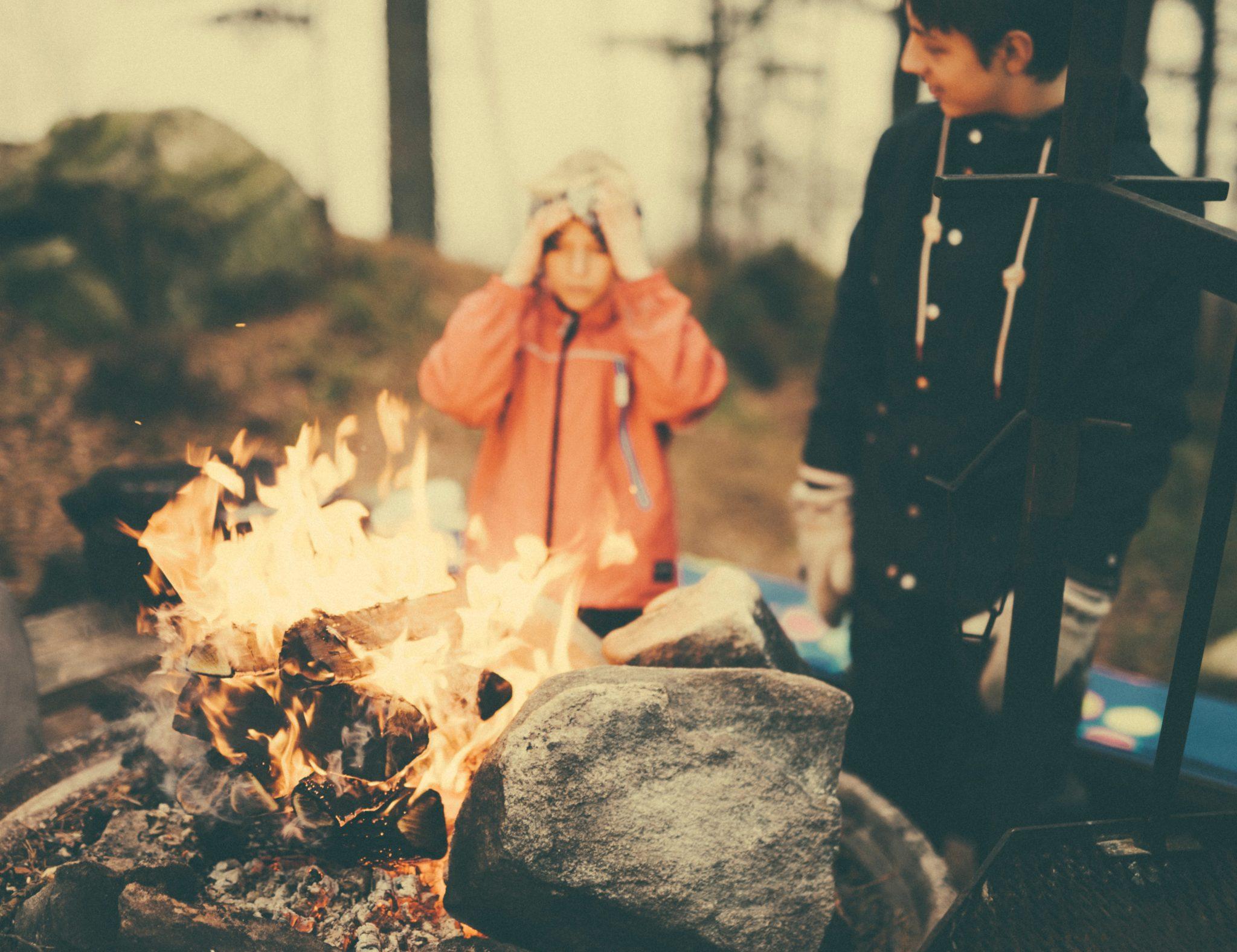 Två barn vid eld